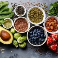 Taimed on vaimustavad, sest lisaks erilisele energiaväljale ja toitainetelepeidavad need endas ka lugematuid tervistavaid omadusi.Taimeravi abiga on end tohterdatud ja kosutatud aegade algusest saadik. Ka paljud tänapäevased ravimid püüavad ära kasutada või matkida taimedest pärit aktiivaineid.  Hoolimata sagelikuuldud väidetest, nagu poleks taimede ravitoime tõestatud, kirendavad teadusuuringute andmebaasid tuhandetest taimede võlujõudu kinnitavatest uuringutest, võta vaid aega, et neisse süüvida!  Loengus tuleb juttu:  Taimede mõjust meie immuunsusele ja geeniekspressioonile tervist turgutavatest toidutaimedest nii kodu- kui välismaalt müstilise mõjuga supertoitudest, mida organismi haiguskindlust tõsta aitavad võimsatest looduslikest antibiootikumidest, mis on suutelised alistama isegi antibiootikumresistentseid superbaktereid.