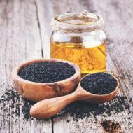 MOMENDIL OTSAS!  Mustköömen on imerohi, mida on kasutatud aastatuhandeid kõikvõimalike haiguste raviks. Mustköömen sisaldab rohkem kui 100 erinevat aktiivühendit, millel on immuunsust tasakaalustav, põletiku- ja vähktõve vastane toime. Seedeprobleemide kõrval on mustaköömneõli kasulik tarvitada ka viiruste perioodil, sel on nohu, köha ja bronhiiti taltsutav vägi.  Kasutamine 1-2 spl mustköömneõli enne toidukorda, tühjale kõhule, pika aja vältel.  Peale avamist hoida pudelit külmkapis!  Meie rafineerimata külmpressitud kvaliteetõli on pärit Egiptusest, klaaspudeldatud Saksamaal  Pudelis 250 ml.