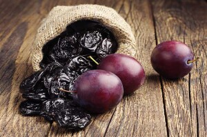 Fresh-Plums-and-dried-prunes-ready-to-be-juiced